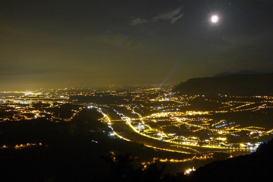 Vallée du Var (Nice, 06). La lumière artificielle produit un halo qui masque le ciel étoilé. Elle est aussi source de fragmentation du paysage nocturne. © Romain Sordello