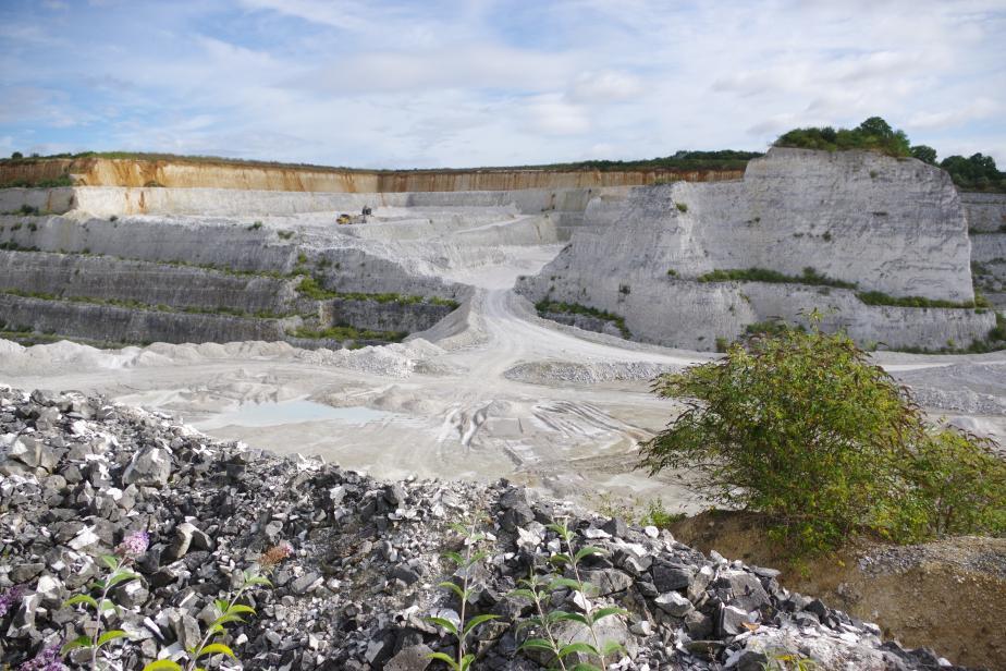Carrière d'extraction de Carbonate de Calcium dans le département de l'Oise. Ce site doit faire l'objet d'un réaménagement écologique et à vocation pédagogique © Philippe GOURDAIN